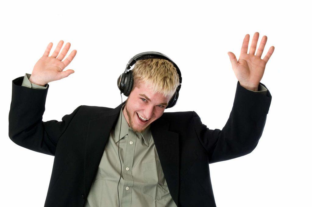 garçon joyeux qui écoute de la musique avec un casque