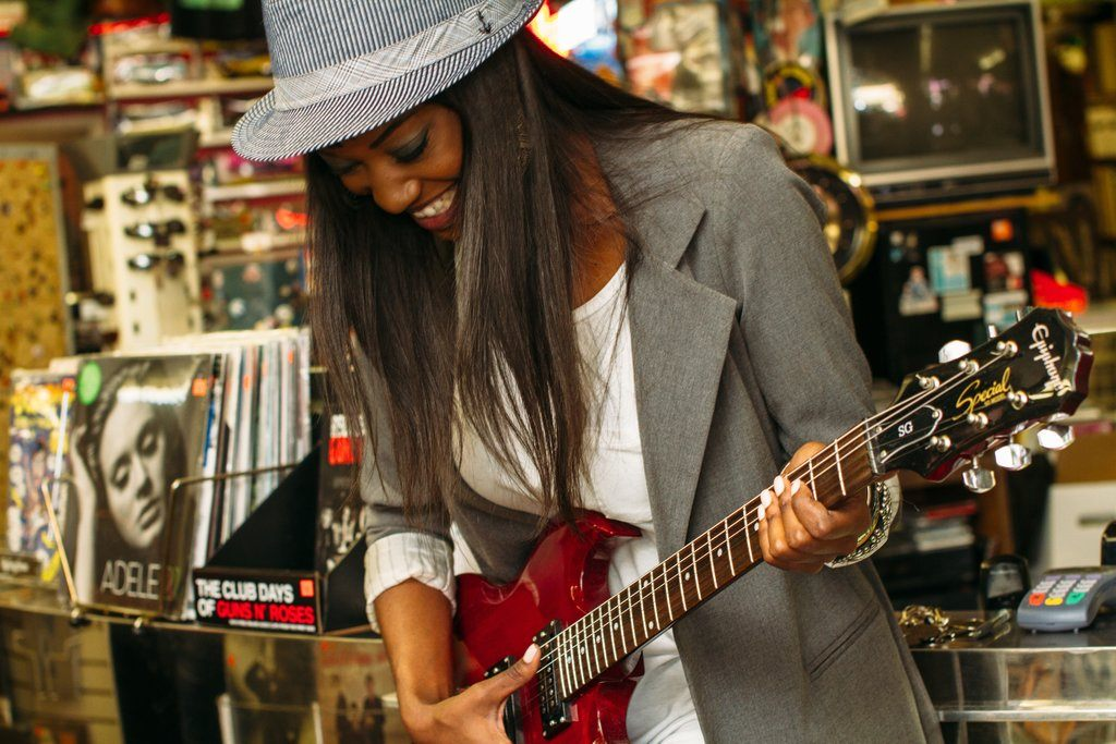 musicien-jouant-de-la-guitare