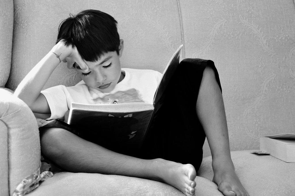 enfant-qui-s'endort-en-lisant