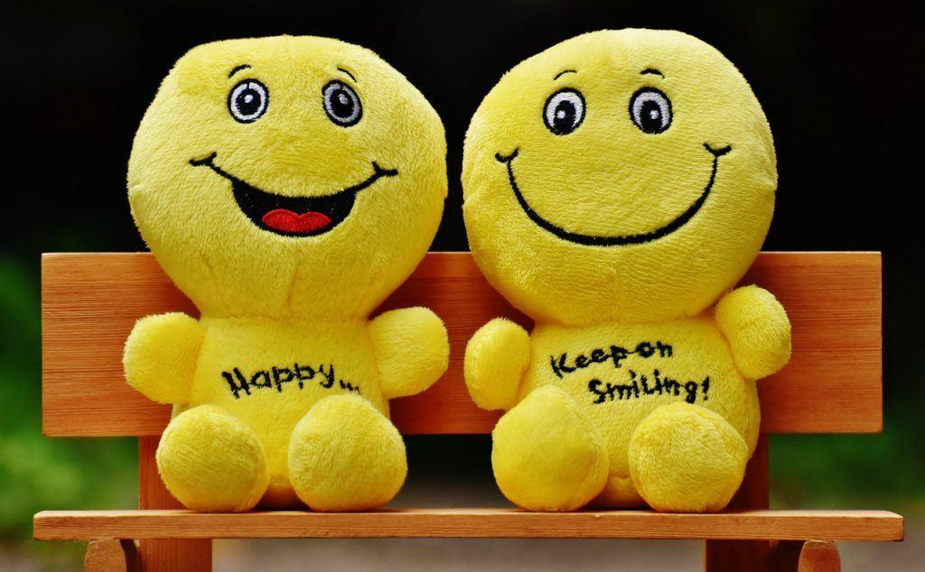 Peluches jaunes qui sourient