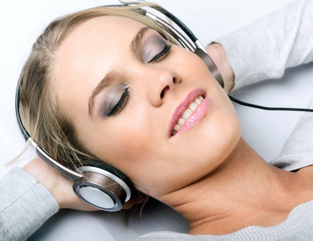 femme-relaxée-qui-écoute-de-la-musique