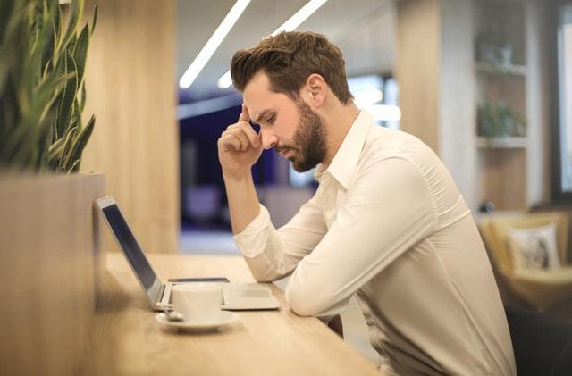 homme-concentré- sur-planning-de-révisions