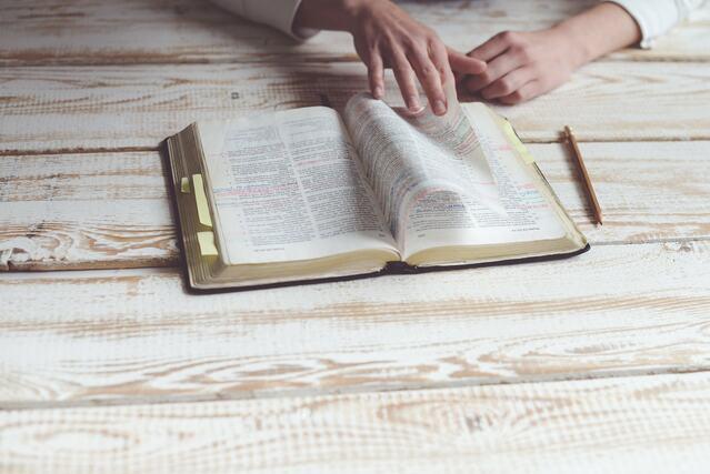 étudiant-qui-lit-un-livre-pour-le-mémoriser